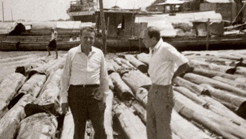 Angelo与儿子Carlo Molteni 在缅甸购买木材